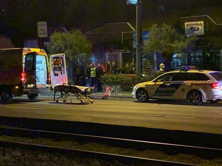 Rétesbolt kirakatába csapódott az autó (olvasói fotó)