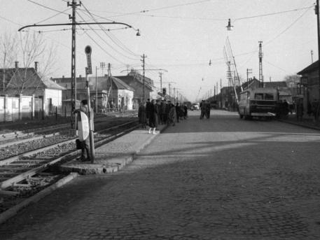 1960: Vörös Hadsereg útja, a Lajosmizse vasútvonal előtti sorompónál (fotó: Fortepán)