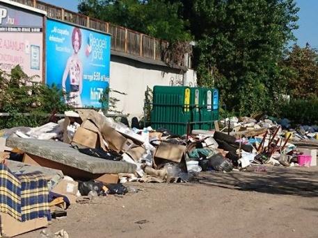 Elképesztő állapotok a Bozsik Stadionnal szemben (forrás: hulladekvadasz.hu)
