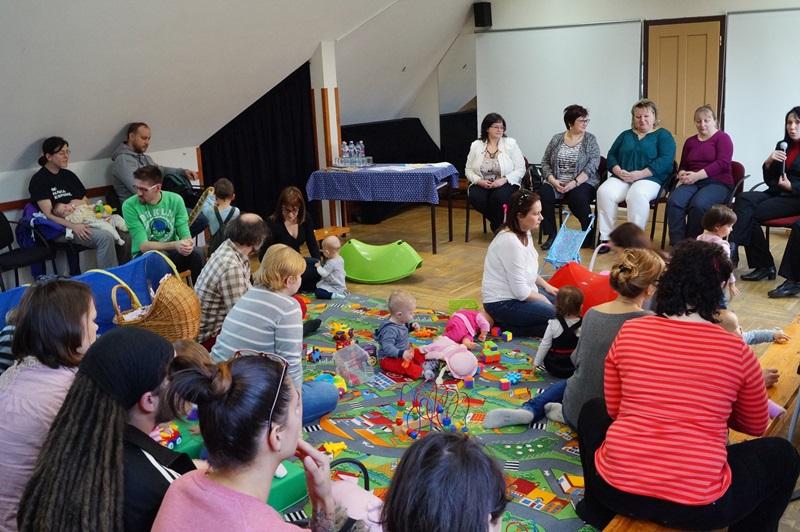 A szülőket tájékoztató, a babákat játszószőnyeg várja