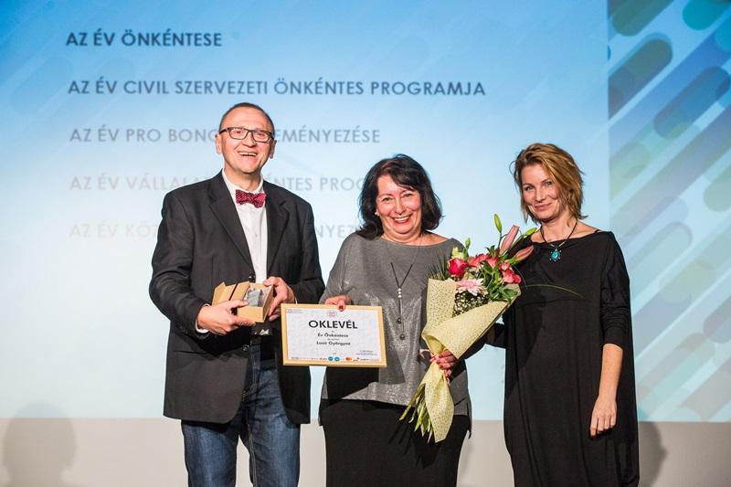 Losó Györgyné (közpen) az Év Önkéntese (forrás: Önkéntes Központ Alapítvány)