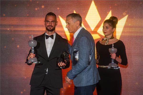 Holander Dunai Antaltól vehette át a trófeát (fotó: Balogh Zoltán – MTI)