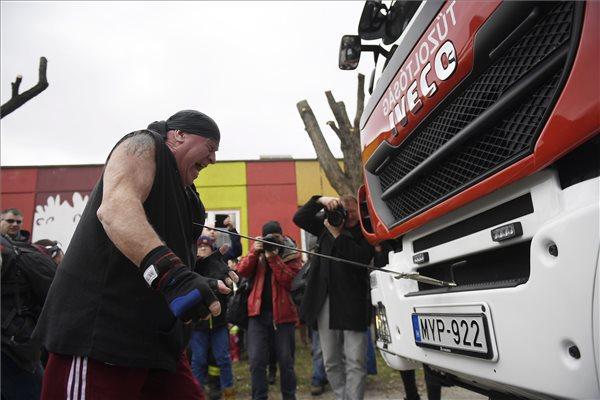 Az erőpróba (fotó: Kovács Tamás – MTI)