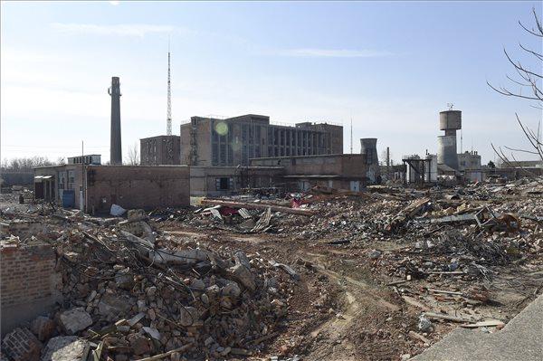 Bontják az épületeket is (fotók: Kovács Tamás - MTI)